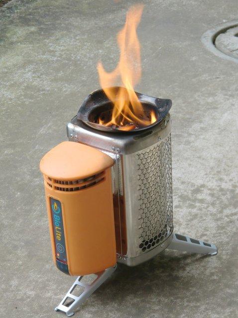 BioLite stove でメガマシュマロを焼く